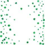 Fondo di giorno della st Patricks con i trifogli di volo Fotografie Stock Libere da Diritti