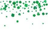 Fondo di giorno della st Patricks con i trifogli di volo Immagini Stock Libere da Diritti