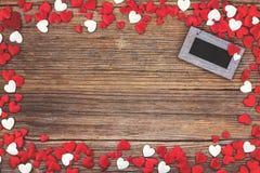 Fondo di giorno di biglietti di S Cuori rossi e bianchi sopra fondo di legno Immagini Stock