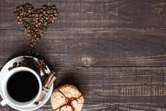 Fondo di giorno di biglietti di S tazza di caffè e fagioli a forma di del cuore fotografia stock libera da diritti