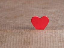 Fondo di giorno di biglietti di S. Valentino con cuore rosso sul pavimento di legno Amore e concetto del biglietto di S Giorno de Fotografia Stock Libera da Diritti