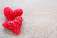Fondo di giorno di biglietti di S. Valentino con due cuori rossi Fotografie Stock Libere da Diritti