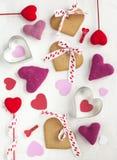 Fondo di giorno di biglietti di S. Valentino con i biscotti a forma di dei cuori Fotografie Stock Libere da Diritti