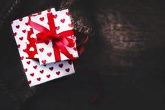 Fondo di giorno di biglietti di S. Valentino con i contenitori di regalo ed i cuori, whi in bianco Fotografia Stock Libera da Diritti