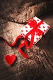 Fondo di giorno di biglietti di S. Valentino con i contenitori di regalo ed i cuori, whi in bianco Fotografia Stock