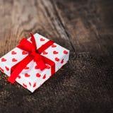 Fondo di giorno di biglietti di S. Valentino con i contenitori di regalo ed i cuori, whi in bianco Fotografie Stock Libere da Diritti