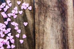 Fondo di giorno di biglietti di S. Valentino con i cuori della caramella. Sugar Hearts sopra corteggia Fotografia Stock Libera da Diritti