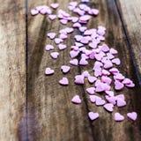 Fondo di giorno di biglietti di S. Valentino con i cuori della caramella. Sugar Hearts sul wo Fotografia Stock Libera da Diritti