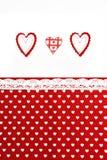 Fondo di giorno di biglietti di S. Valentino con i cuori fatti a mano ed il fondo rosso del tessuto Fotografia Stock