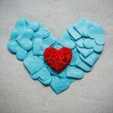 Fondo di giorno di biglietti di S. Valentino con i cuori rossi e blu sulle sedere di lerciume Fotografia Stock