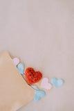 Fondo di giorno di biglietti di S. Valentino con i cuori rossi sopra il BAC della carta di struttura Fotografia Stock