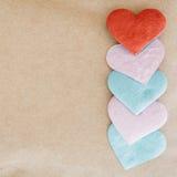 Fondo di giorno di biglietti di S. Valentino con i cuori rossi sopra il BAC della carta di struttura Fotografie Stock