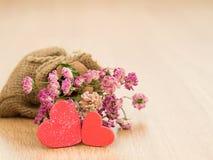 Fondo di giorno di biglietti di S. Valentino con i cuori rossi sul pavimento di legno Amore e concetto del biglietto di S Fotografia Stock Libera da Diritti