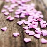 Fondo di giorno di biglietti di S. Valentino con i cuori. Sugar Hearts su vi di legno Fotografie Stock