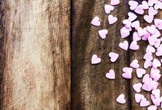 Fondo di giorno di biglietti di S. Valentino con i cuori. Sugar Hearts su vi di legno Fotografia Stock Libera da Diritti