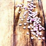 Fondo di giorno di biglietti di S. Valentino con i cuori. Sugar Hearts su vi di legno Immagine Stock