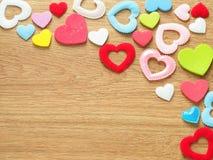 Fondo di giorno di biglietti di S. Valentino con i cuori variopinti sul pavimento di legno Amore e concetto del biglietto di S Fotografia Stock