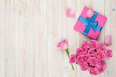 Fondo di giorno di biglietti di S. Valentino con il contenitore di regalo in pieno delle rose rosa Fotografie Stock Libere da Diritti