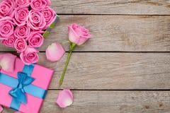 Fondo di giorno di biglietti di S. Valentino con il contenitore di regalo in pieno delle rose rosa Immagini Stock Libere da Diritti
