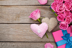 Fondo di giorno di biglietti di S. Valentino con il contenitore di regalo in pieno delle rose rosa e della h fotografie stock libere da diritti