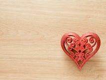 Fondo di giorno di biglietti di S. Valentino con il cuore rosso di scintillio sul pavimento di legno Amore e concetto del bigliet Fotografia Stock