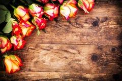 Fondo di giorno di biglietti di S. Valentino con le rose. fotografia stock libera da diritti