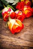 Fondo di giorno di biglietti di S. Valentino con le rose. immagine stock