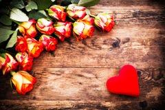 Fondo di giorno di biglietti di S. Valentino con le rose ed i cuori. fotografia stock libera da diritti