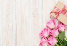 Fondo di giorno di biglietti di S. Valentino con le rose ed il contenitore di regalo rosa Fotografia Stock Libera da Diritti