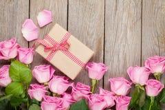 Fondo di giorno di biglietti di S. Valentino con le rose rosa sopra la tavola di legno e fotografia stock