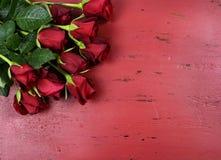 Fondo di giorno di biglietti di S. Valentino con le rose rosse Fotografia Stock