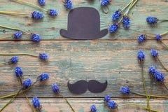 Fondo di giorno di padri con il cappello del cartone e baffi e blu Fotografia Stock Libera da Diritti