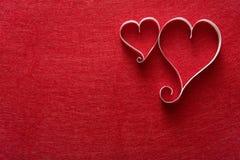 Fondo di giorno di S. Valentino, cuori della carta fatta a mano sul feltro di rosso Fotografia Stock