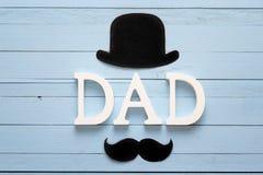 Fondo di giorno di padri con le lettere, il cappello ed i baffi Immagine Stock