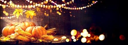 Fondo di giorno di ringraziamento Tavola di legno con le zucche e le pannocchie Immagine Stock