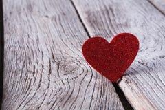 Fondo di giorno di S. Valentino, cuore di carta su legno, spazio della copia Fotografia Stock Libera da Diritti