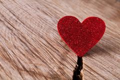 Fondo di giorno di S. Valentino, cuore di carta su legno, spazio della copia Immagini Stock Libere da Diritti