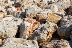 Fondo di grandi pietre rosse beige Struttura astratta geologica Grandi massi di arenaria immagine stock