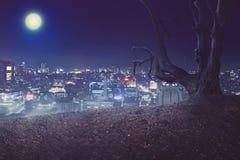 Fondo di Halloween, atmosfera terrificante veduta da sopra la città con luce completa Immagine Stock