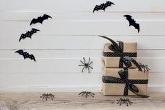 Fondo di Halloween con i contenitori di regali, i ragni decorativi e le sedere Fotografie Stock Libere da Diritti