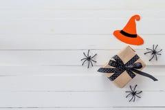 Fondo di Halloween con il contenitore di regalo e ragni decorativi sul whi Immagini Stock Libere da Diritti