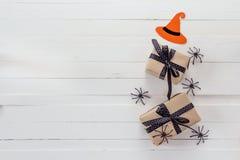 Fondo di Halloween con il contenitore di regalo e ragni decorativi sul whi Fotografie Stock