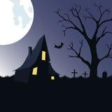 Fondo di Halloween con la casa, l'albero ed il cimitero frequentati Fotografia Stock Libera da Diritti