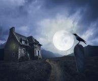 Fondo di Halloween con la vecchia casa immagini stock