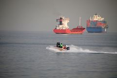 Fondo di importazioni-esportazioni di logistica della nave da carico del contenitore in porto marittimo su cielo blu, trasporto d fotografia stock libera da diritti