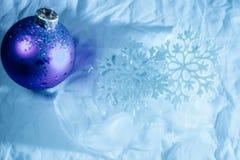 Fondo di inverno della palla di ghiaccio dei fiocchi di neve Immagine Stock Libera da Diritti