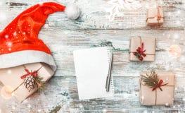 Fondo di inverno, regali del ` s di Santa e lettera per i desideri e cartoline d'auguri per i cari nell'inverno, nel natale, nel  Immagini Stock