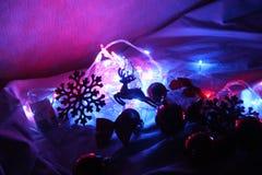Fondo di inverno variopinto del nuovo anno e di Natale con la ghirlanda decorata delle luci, cervo scintillare, palle fotografia stock libera da diritti