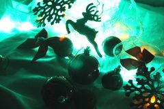 Fondo di inverno variopinto del nuovo anno e di Natale con la ghirlanda decorata delle luci, cervo scintillare, palle fotografia stock