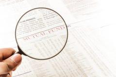 Fondo di investimento mutualistico e lente d'ingrandimento Fotografie Stock
